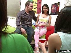 Молодая девушка трахается со студентом в колледже...