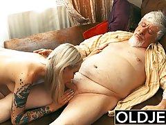 Молоденькая блондинка с татухами трахает глоткой и пиздой зр...