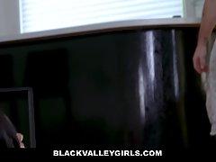 Мулатка и брюнетка во время просмотра фильма трахаются с парнем