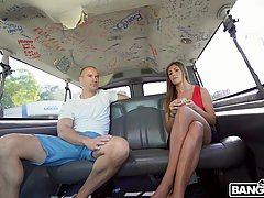 Девушка прямо в машине трусит большими сиськами во время сек...