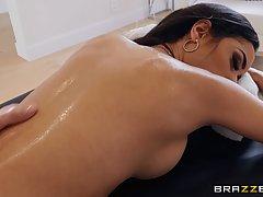 Брюнетка после массажа подставляет дырочки для страстного се...
