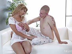 Шикарная блондинка с большими сиськами соблазнила пасынка на секс