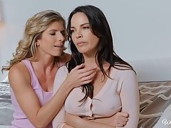 Две лесбиянки в постели доводят друг друга до оргазма оральным сексом