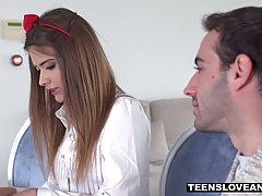 Красивая молодуха обожает анальный секс в униформе студентки