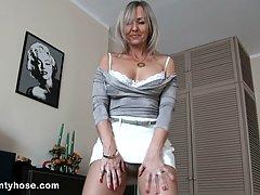 Блондинка в чулках показывает свое зрелое эротическое шоу