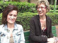 Две зрелые дамочки согласились на анальный секс втроем