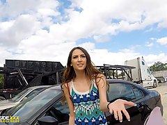 Поставив рачком девушку на капот машины, парень вставил член в её пилотку