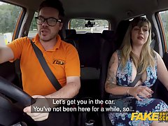 Толстая девушка с большими дойками насадилась в машине на член очкарика