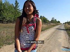 Парень за деньги уговорил молодую азиатку трахнуть её рачком на природе
