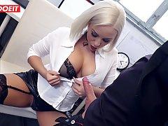 Пышногрудая блондинка в чулках насадилась в офисе бритой дыр...