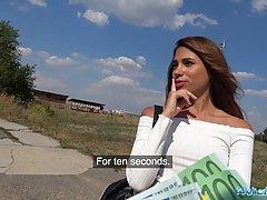 Парень снял от первого лица, как латинка за деньги делает ему отсос на улице