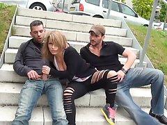 Сисястая девушка согласилась отсосать двум парням  на улице и трахнуться