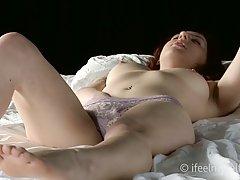 Рыжеволосая стройная девушка мастурбирует бритую пилотку на белой кровати