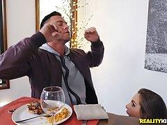 Две девушки с большими сиськами ублажают своими пилотками член парня в кафе