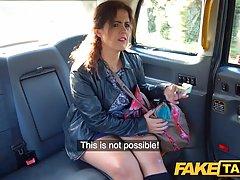 Жопастая бабища расплатилась с таксистом быстрым трахом рачком в машине