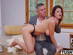 Зрелый муж перед работой трахает молодую жену с большими дойками в анал