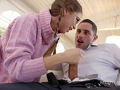 Парень развёл очкастую девушку с волосатым лобком попробовать анальный трах