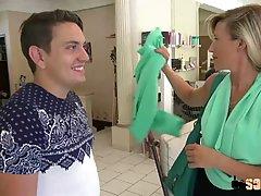 Опытная блондинка в салоне красоты сосёт член клиенту и получает член в анал