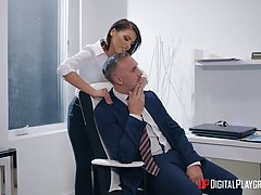 Похотливая брюнетка в офисе сделала глубокий заглот члена начальника в рот