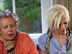 Пока бабушка спит, парень присунул длинный стержень в вагину блондинки