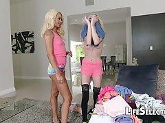 Парень снимает, как две стройных блондинки по очереди скачут на члене
