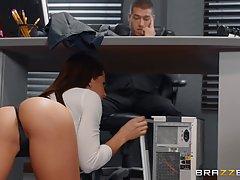 Грудастая начальница делает глубокий минет под столом молодому парню