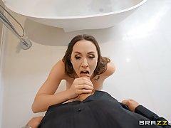 Похотливая брюнетка дрочит своему мужику в ванной и прыгает на его члене