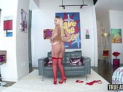 Блондинка в ярко-красном белье получает длинный пенис в задницу