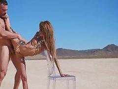 Блондинка с красивой попой скачет на длинном пенисе посреди пустыни