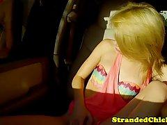 Ненасытная блондинка дрочит член  и трахается с новым знакомым в машине