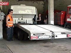 Опытная рыжеволосая стерва расплатилась за ремонт машины с мужиком минетом