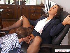Небритый курьер трахает красивую начальницу в кресле за стол...
