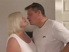 Молоденькая телка трахается с мамкой и ее зрелым любовником в разных позах