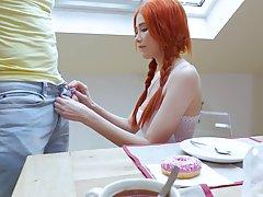 Молоденькая рыжуха сосет длинный пенис мужа за утренним чаепитием