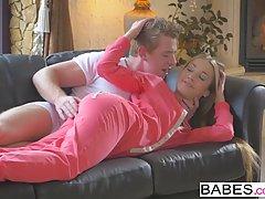Мужик снял с попки блондинки пижаму и поимел ее в кремовую пилотку