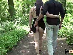 Стройная брюнетка в лесу занимается анальным сексом с толпой мужчин