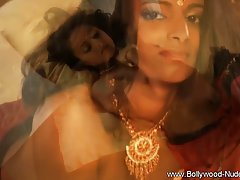 Красивая девушка из Индии в сари показывает мастурбацию и же...