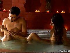 Индийская парочка в большой ванной занимаются нежным сексом...