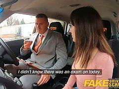 Водитель такси соблазнил брюнетку с большой попой на секс в ...