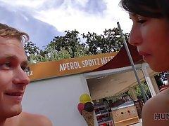 Брюнетка после знакомства на улице трахается с парнем на видео камеру
