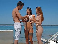 Две молодые татуированные девки трахаются с парнем на фоне п...