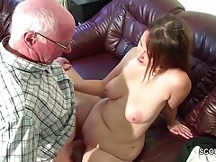 Старый седой мужик присунул член молодой толстушке, сняв с н...