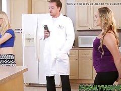 Парень на кухне трахает двух озабоченных блондинок и доводит...