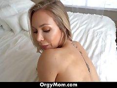 Мамка с большой задницей после минета встала раком для секса...