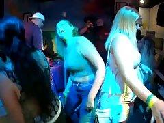 На вечеринке девушки купаются в бассейне и показывают свои с...