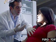 Стоматолог в больнице трахает членом тугую и волосатую щель ...