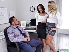 Две красотки мамочки с большими сиськами прямо в офисе заним...