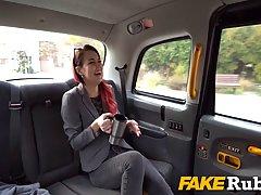 В машине пассажирка сделала водителю минет от первого лица и...