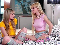 Лесбиянки блондинки ублажают друг другу в постели и полируют...