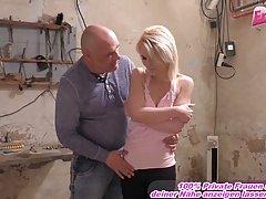 Молодая блондинка и старик в заброшенном гараже занимаются с...